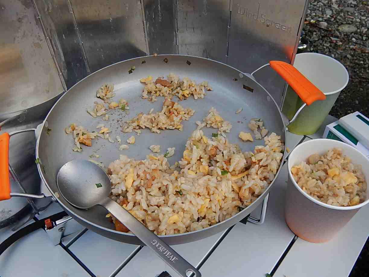 焦がしにんにくのマー油と葱油が香るザ・チャーハン